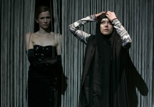 "Szene aus dem Stück ""Schwarze Jungfrauen"""