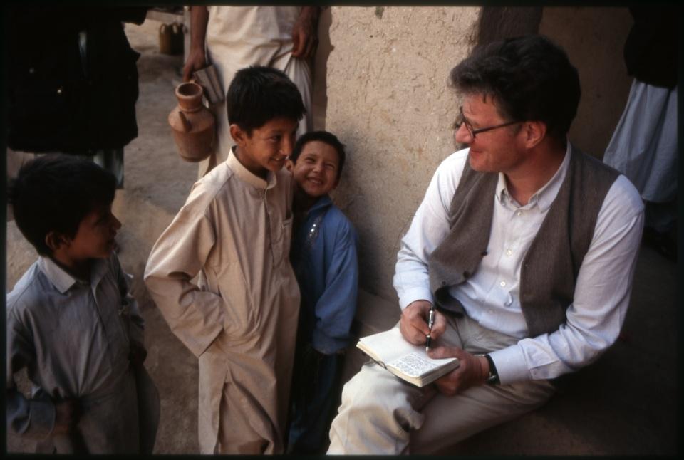 Roger Willemsen mit afghanischen Kindern während seines Aufenthaltes in Afghanistan