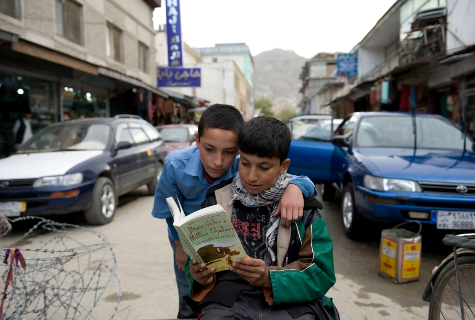 Afghanische Kinder lesen in Busfields Roman