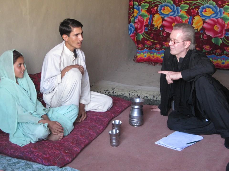 Jürgen Todenhöfer mit afghanische Waisenkindern im Sommer 2009