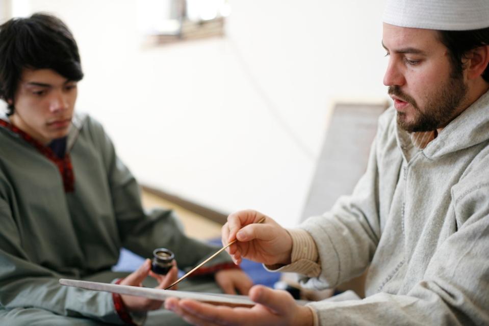Das Auswendiglernen des Korans hat bei Muslimen eine große Bedeutung. Seit über 1400 Jahren wird der Koran in einer Überlieferungskette von Lehrer zu Schüler übermittelt.